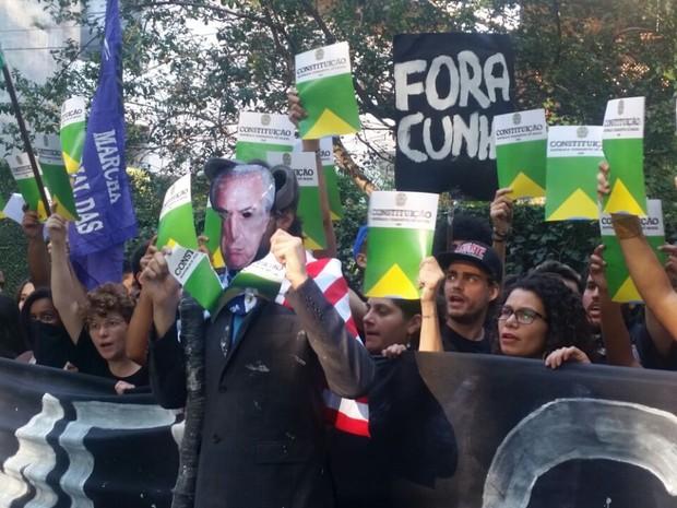 Manifestantes rasgam 'Constituição' em protesto em frente à casa do vice-presidente Michel Temer (Foto: Tatiana Santiago/G1)