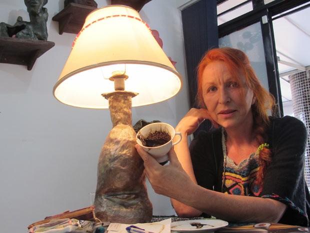 A sérvia naturalizada brasileira Lidjia Milovic, que interpreta símbolos e analisa situações por meio da borra do café (Foto: Felipe Néri/G1)