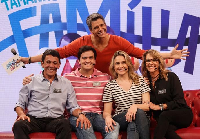 Marcio Garcia também tira foto comportada com a família Gentil (Foto: Raphael Dias / Gshow)