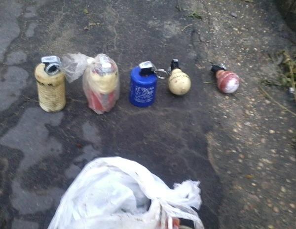 Artefatos explosivos encontrados por jovens (Foto: Ana Graziela Maia / G1)