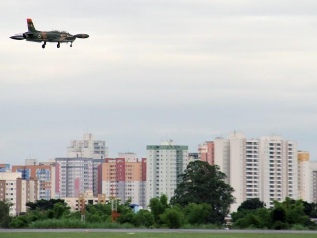 Aeronave Xavante sobrevoa pista do aeroporto de São José dos Campos para treinamento e a calibragem de equipamentos. (Foto: Carlos Santos/G1)