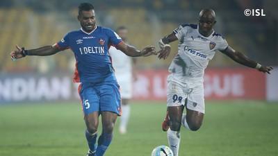 Dumas protege a bola na disputa do campeonato indiano (Foto: Divulgação )