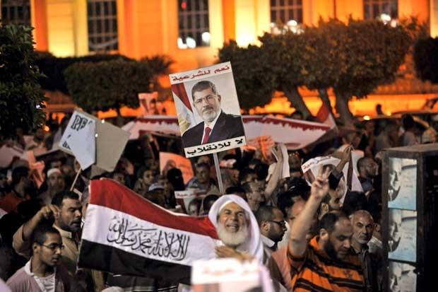 Defensores egípcios do presidente deposto Mohamed Morsi participam de manifestação contr ao governo no Cairo (Foto: FAYEZ NURELDINE/ AFP)