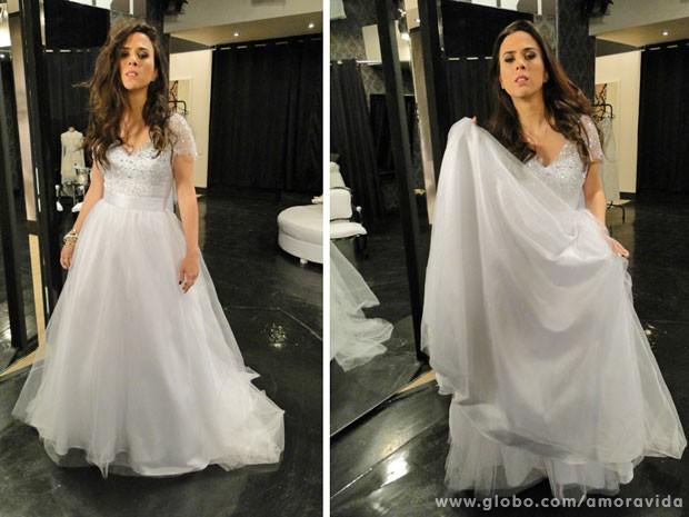 Mesmo emocionada com o vestido de noiva, Tatá não perde a chance de fazer graça para a câmera (Foto: Amor à Vida / TV Globo)