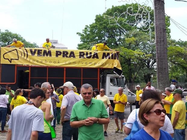 Carro de som chega ao protesto na Praça da Liberdade, em Belo Horizonte, ao som de 'não vai ter golpe, vai ter impeachtment' (Foto: Thaís Pimentel/G1)