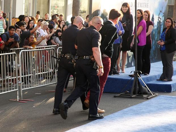 Homem é detido por tentar atacar Brad Pitt no tapete vermelho da pré-estreia de 'Malévola', em cinema de Hollywood nesta quarta-feira (28) (Foto: Matt Sayles/Invision/AP)