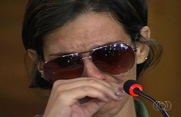 Mara Rúbia, mulher que teve os olhos perfurados pelo ex, chora ao depor em audiência no Fórum de Goiânia, Goiás (Foto: Reprodução/TV Anhanguera)