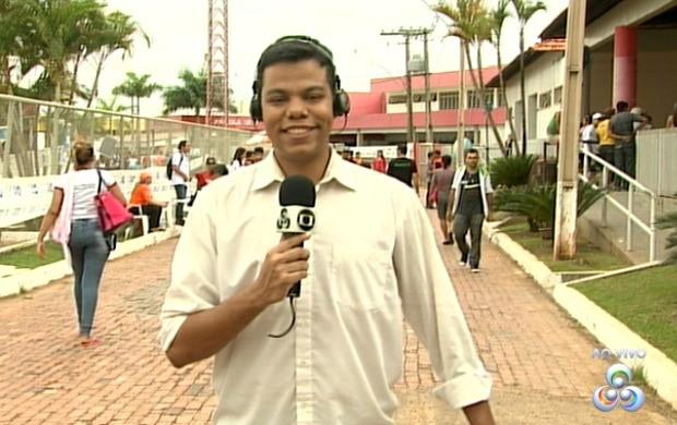 Thiago Rogeh comandou o Acre TV deste sábado (21), direto do Complexo esprotivo do Sesi (Foto: Acre TV)