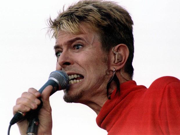 O cantor britânico David Bowie se apresenta no festival 'Out In The Green' em Frauenfeld, na Suíça, em julho de 1997 (Foto: Reuters/Stringer/Arquivo)