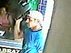 Assaltante tirou o capacete ao entrar no mercadinho no RN para assaltar (Foto: Divulgação/PM)