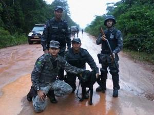 Cão Horus na área da Terra Indígena Tenharim-Marmelo, onde foram achados corpos (Foto: Divulgação/PM)