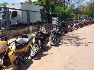 Protesto de condutores de cinquentinhas em frente ao Detran, em Salvador, na manhã desta segunda-feira (Foto: Mauro Anchieta/TV Bahia)