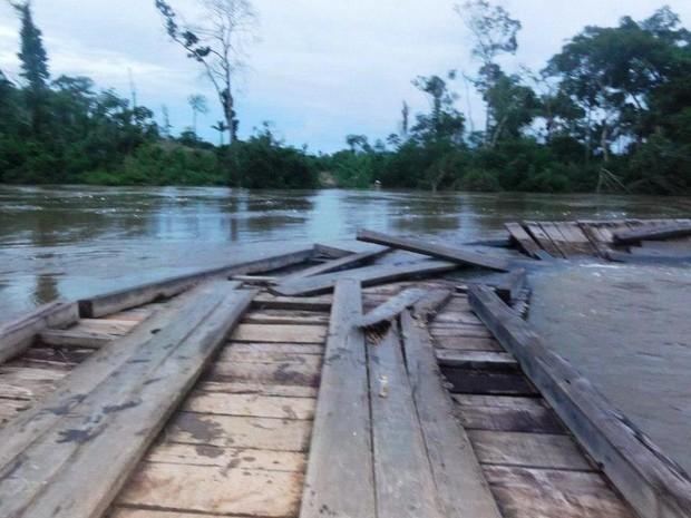Águas do Rio Vermelho alagaram e danificaram estrutura de ponte de madeira da MT-170 perto do município de Castanheira (Foto: Cleverson Veronese / TOP NEWS)