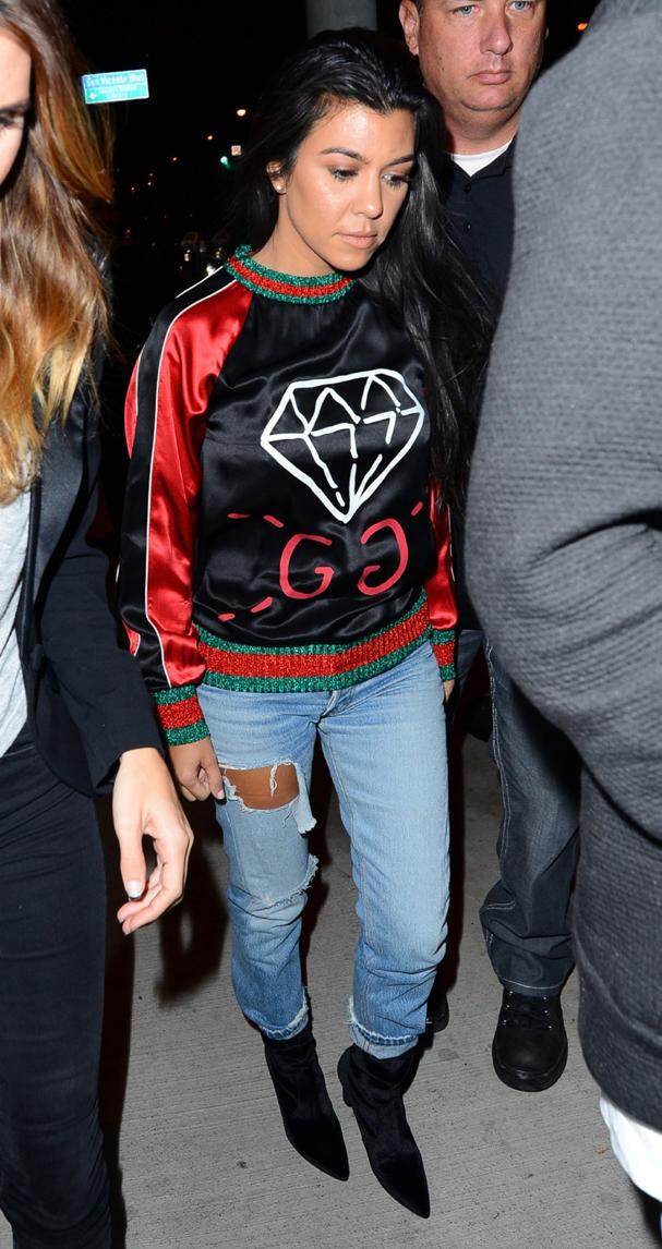 Kourtney Kardashian veste a it-peça com calça rasgada e bota de veludo (outra peça tendência!) (Foto: AKM-GSI)