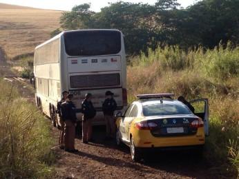 Ônibus foi levados pelos assaltantes para uma estrada rural da região de Arapongas (Foto: Marcelo Bonomini/RPC TV Londrina)