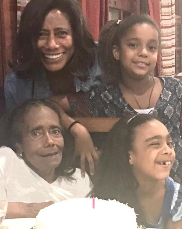 Gloria Maria com a mãe, Edna, e as filhas, Maria e Laura (Foto: Reprodução)
