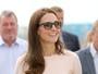 Kate Middleton usa vestido rosa-claro de liquidação, avaliado em R$ 4,5 mil