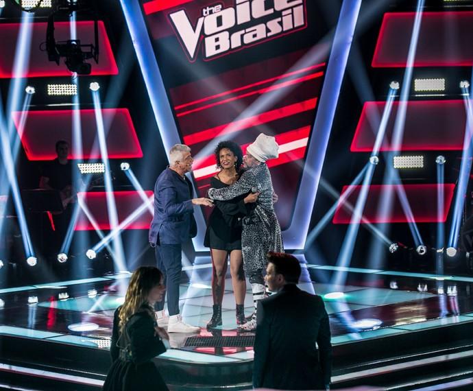 Lulu e Brown cumprimentam Thaís Moreira no palco (Foto: Isabella Pinheiro/Gshow)