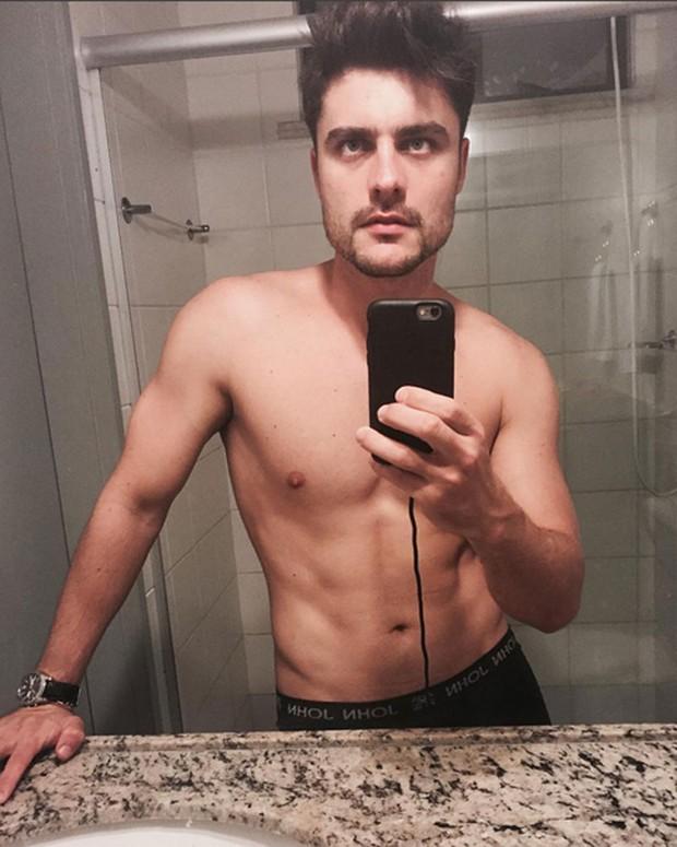 Guilherme Leicam posa sem camisa para selfie (Foto: Instagram/ Reprodução)