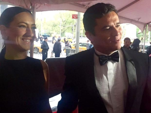 O juiz Sérgio Moro e sua mulher,  Rosângela, chegam à cerimônia da Time, em Nova York, na noite de terça (26) (Foto: Candice Carvalho/Globonews)