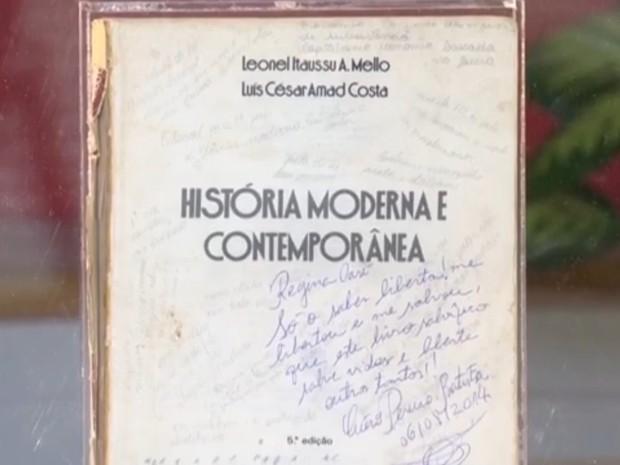 O primeiro livro encontrado por Cícero foi enquadrado pelo programa Esquenta! (Foto: TV Globo)