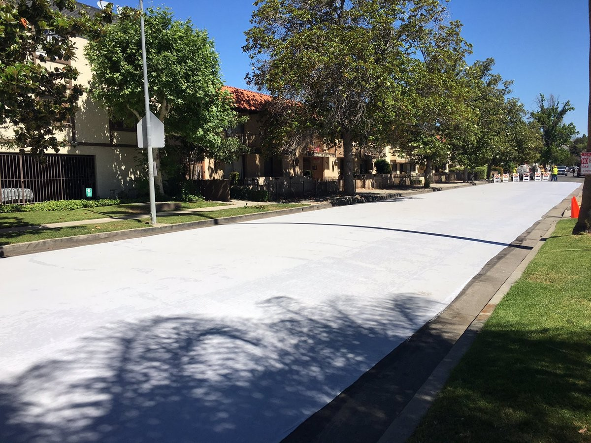 Rua completamente pintada de branca (Foto: Reprodução/ Twitter/ LA Street Services)