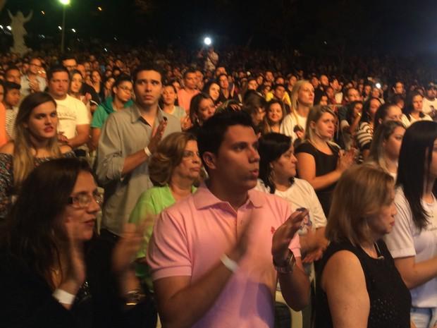 Cerca de 5 mil pessoas acompanharam missa em homenagem a Cristiano e Allana Goiânia Goiás (Foto: Vanessa Martins/G1)