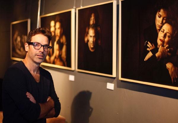 """O fotógrafo Gustavo Zylbersztajn apresenta a exposição 'Toda Forma de Amor"""", sobre adoção (Foto: Charles Naseh)"""