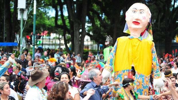 Foliões deram início ao carnaval em São José dos Campos percorrendo as ruas do centro. (Foto: Claudio Capucho/PMSJC)