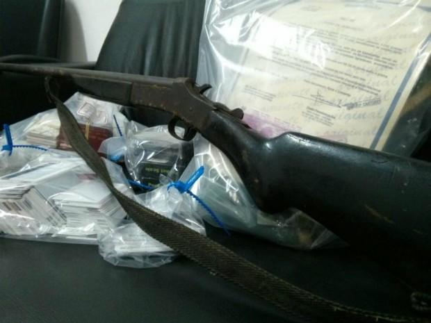 Uma espingarda também foi encontrada na casa do homem (Foto: Cláudio Nascimento/ TV TEM)