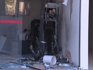 Agência ficou destruída com a força do impacto (Foto: RBSTV/Reprodução)