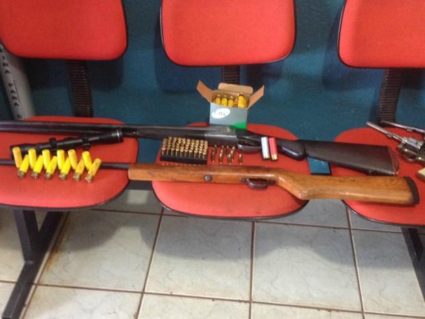 Operação que investiga PMs apreende armas  (Foto: Nadyenka Castro/ TV Morena)