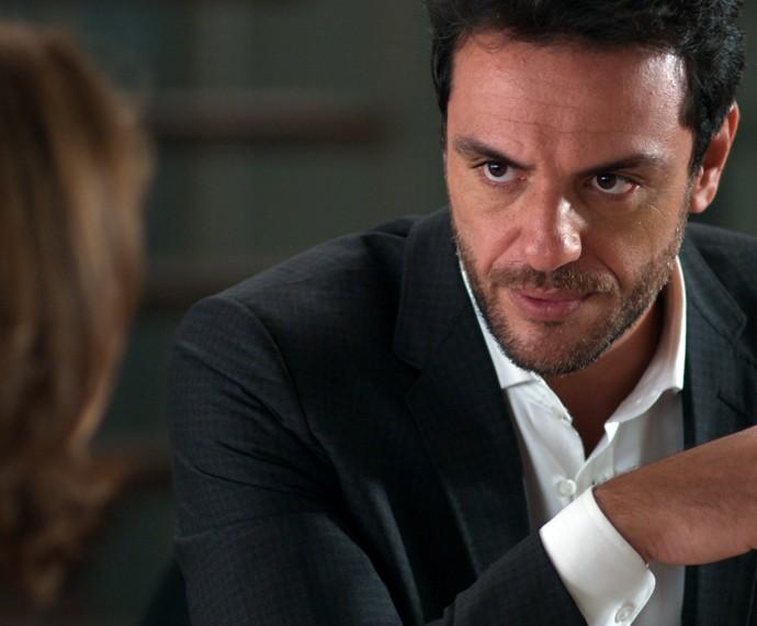 Durante o café da manhã, Alex se depara com uma cena que não cai nada bem e desconta toda a sua raiva na esposa  (Foto: TV Globo)
