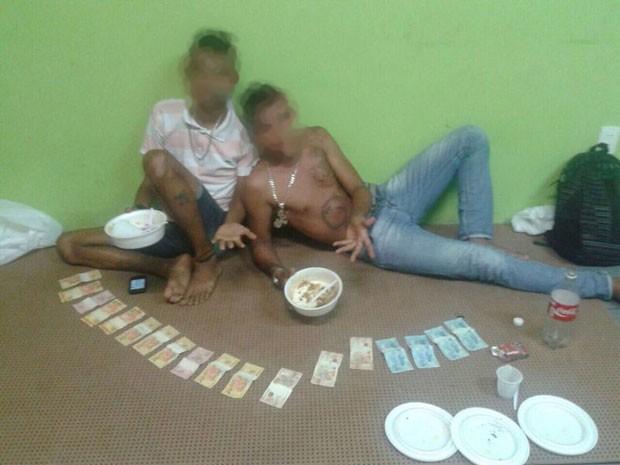 Dupla postou foto com dinheiro adquirido com o tráfico, diz polícia (Foto: Polícia Civil / Divulgação)
