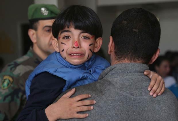 Menino retirado de um orfanato chora assustado após explosão no sul do Líbano (Foto: AFP)