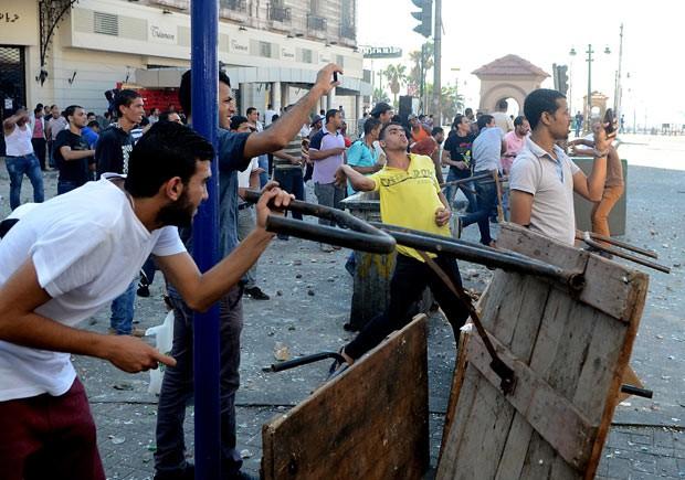Manifestantes se enfrentam nesta sexta-feira (26) na cidade egípcia de Alexandria (Foto: AFP)