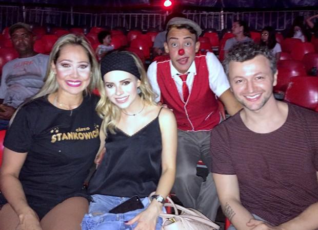 Sandy e Lucas Lima com palhaços de circo (Foto: AgNews)
