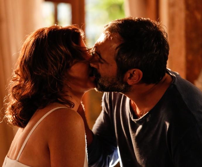 Depois de ouvir a declaração de Lígia, Miguel não resiste e beija a amada (Foto: Fábio Rocha / Gshow)