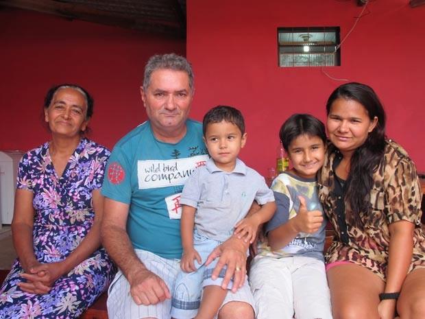 O polícia aposentado Hugo Fonseca com a mulher, Lia, os filhos e a dona de casa Maria da Graça, que encontrou a recém-nascida (Foto: Gabriella Julie/G1)