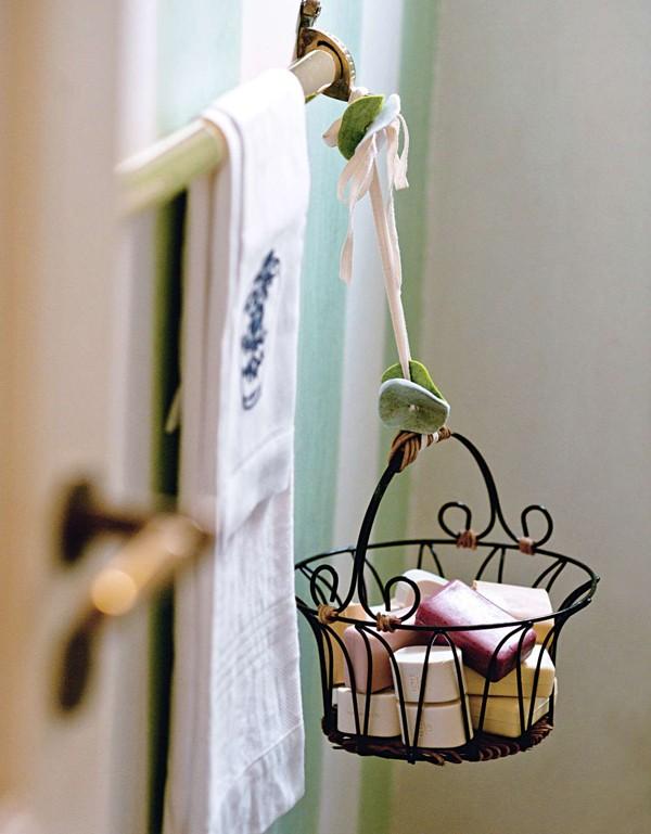 Barras de sabonete numa cesta de ferro, pendurada no lavabo: solução prática para a reposição, coma vantage de deixar o ambiente perfumado (Foto:  Cacá Bratke/Editora Globo)