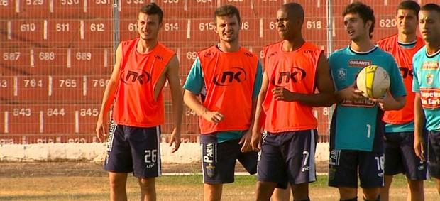 Volante Jé e jogadores do São Carlos no treino (Foto: Marlon Tavoni/ EPTV)