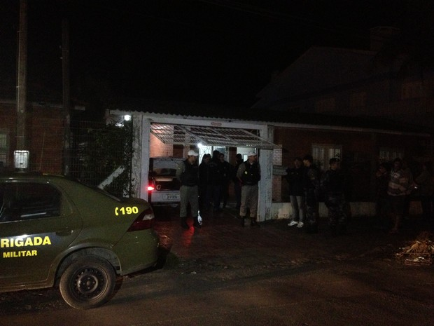 Mulher foi encontrada morta pela polícia em Capão da Canoa (Foto: Luciane Kohlmann/RBS TV)