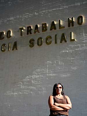 A ex-faxineira em frente a ministério na Esplanada (Foto: Alexandre Bastos/G1)