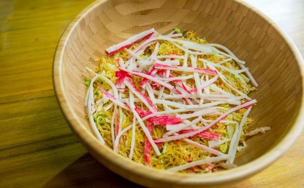 Receitas da Carolina - 2 temporada - Folhas - Salada de kani desfiado com batata palha (Foto: Robert Schwenck)