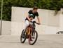 Gerard Piqué busca o filho Milan na escola com bicicleta customizada