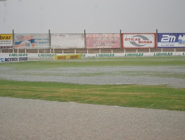 Gramado do Estádio Marizão, em Caicó, fica alagado após chuva na tarde desta terça-feira (Foto: Ilmo Medeiros)