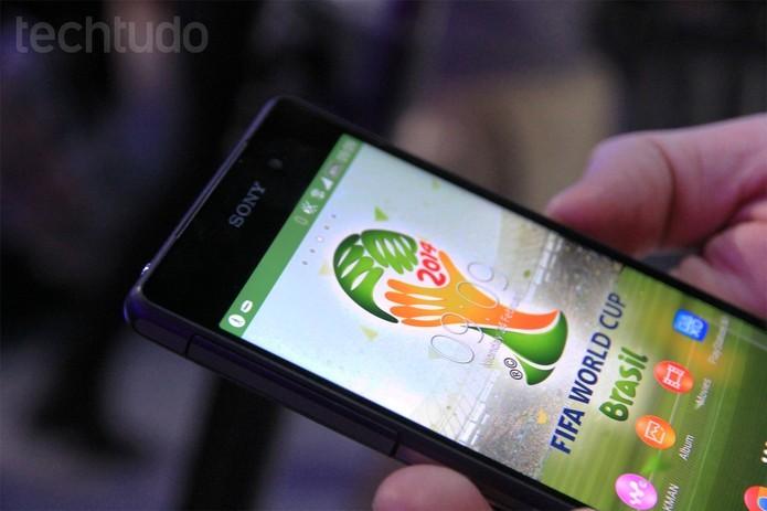 O Xperia Z2 é apresentado no MWC 2014 com tema da Copa do Mundo no Brasil (Foto: Isadora Díaz/TechTudo)