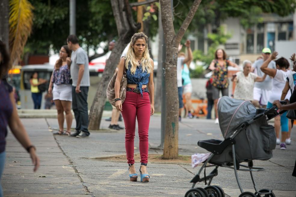 Sandra Helena anda desnorteada pela rua após descobrir que não está grávida (Foto: Raphael Dias/Gshow)