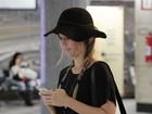 Juliana Didone usa look  fashion para embarcar em São Paulo