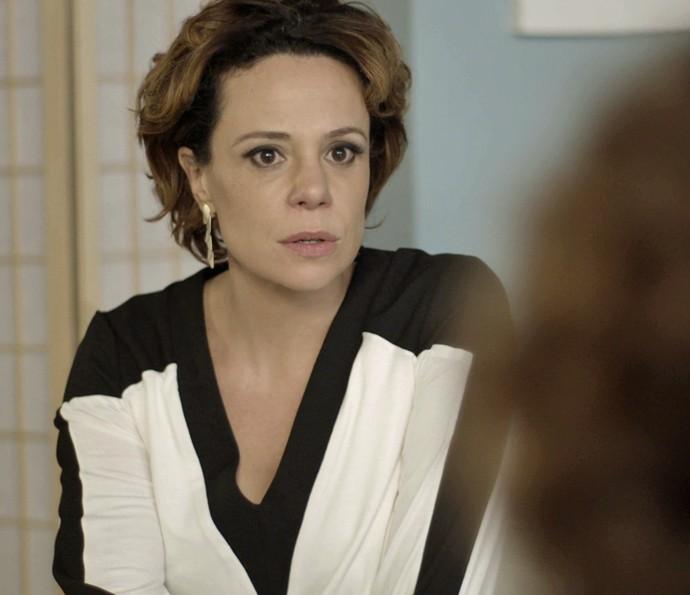 Ana não acredita no que escuta (Foto: TV Globo)